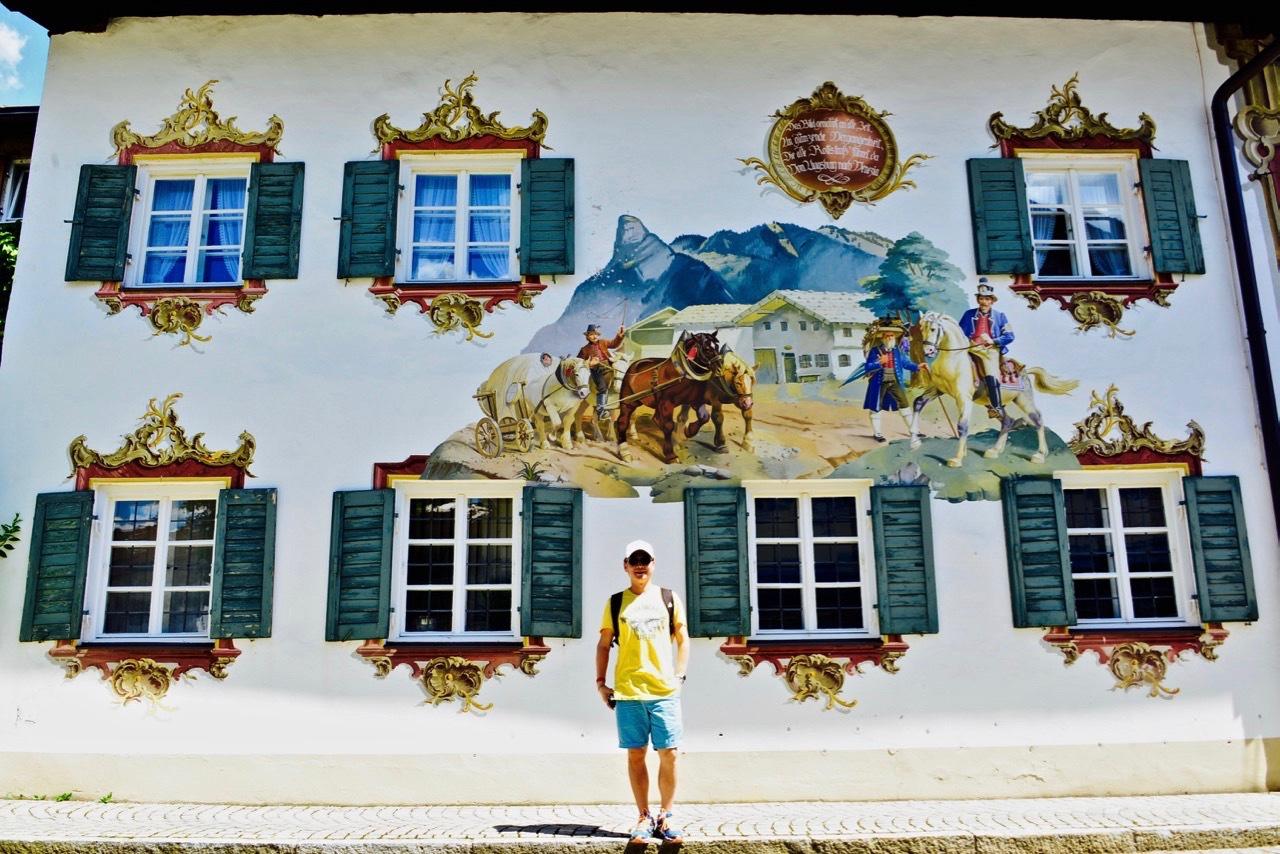 上阿莫高,房子上画画儿的美丽小镇
