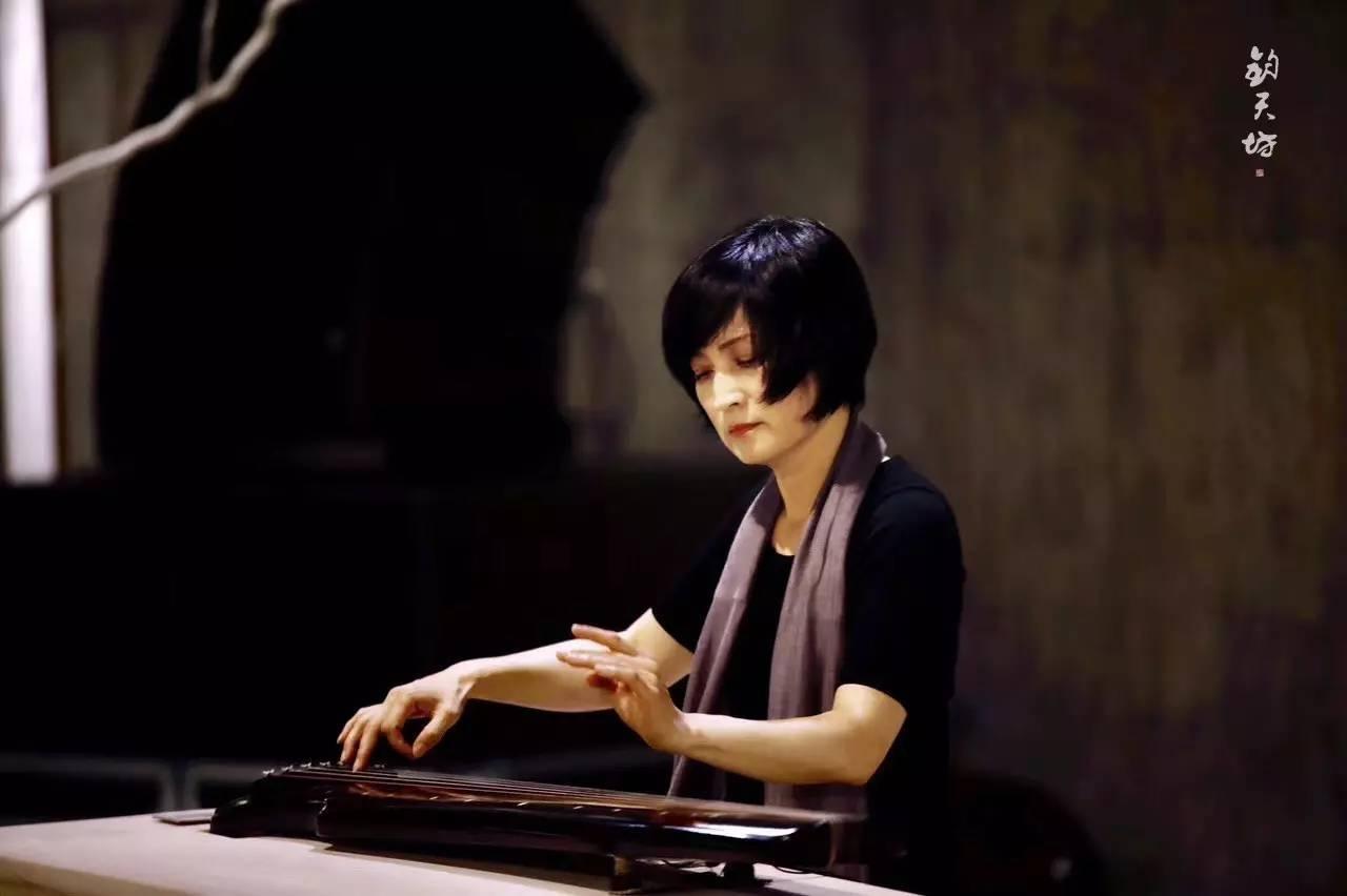 △ 古琴演奏家乔珊在讲座现场演奏图片