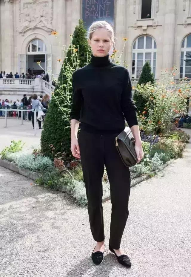 质感很好的高领针织衫,搭配黑色小脚西装裤,办公室白领的最佳搭配法