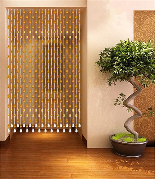 将珠帘或者珠帘挂在厕所的门上,这样可以起到遮挡的作用,这也是风水学
