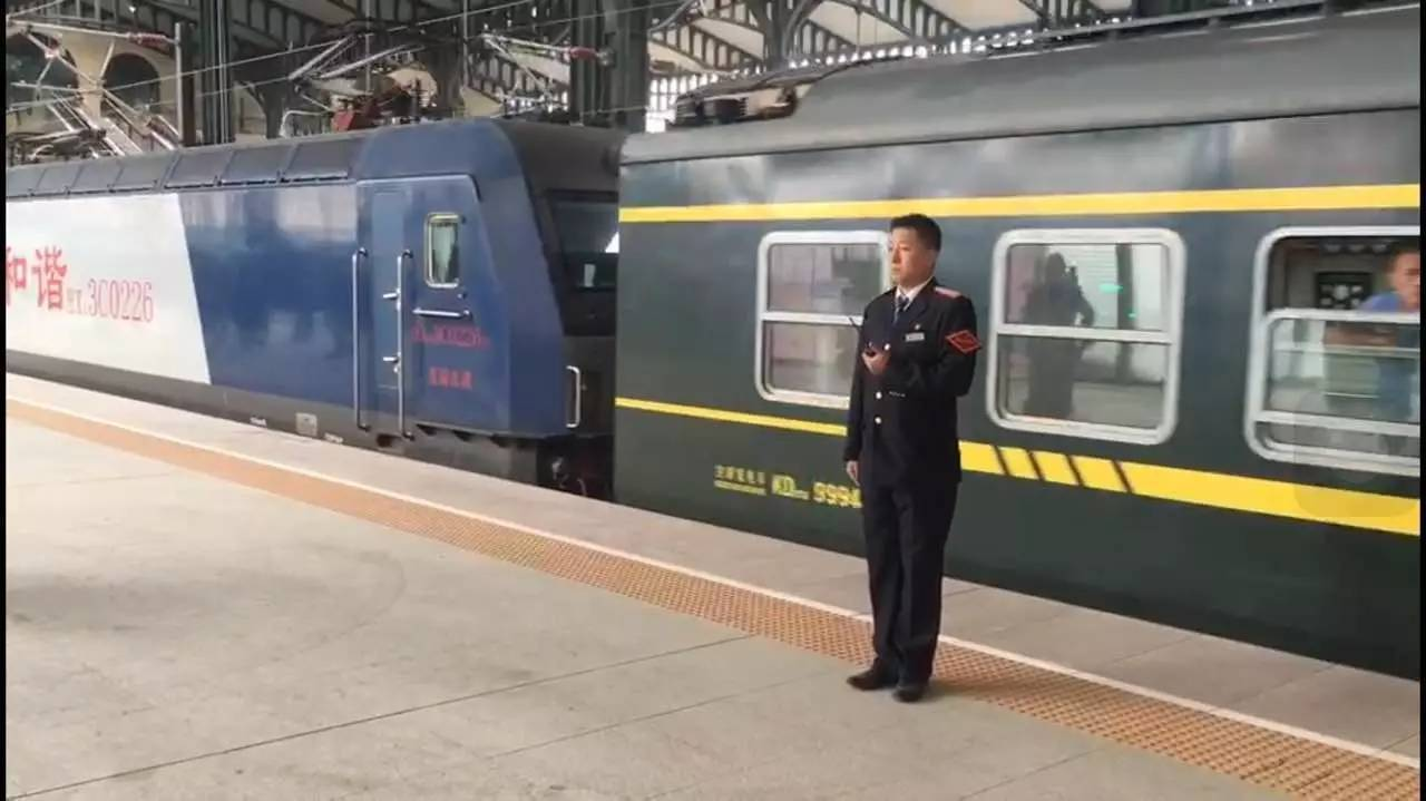 新建哈尔滨站北站房第一列火车进站啦