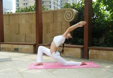 简单瘦身瑜伽动作_原来这就是拜日式瑜伽,简简单单几个动作就能瘦身