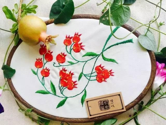 传承人群研培作品展示之一︱花之毡 · 新疆植物系列 · 维吾尔族刺绣文具与饰品