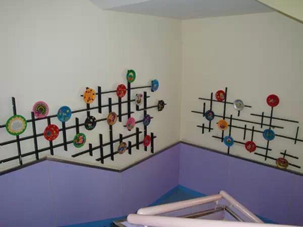 原标题:超有创意!幼儿园走廊手工环创布置,开学试试吧! 这些超有创意的幼儿园走廊手工环创布置,孩子看了心动,家长看了满意!  在幼儿园环境中,除了室内、户外的环境外,还有一块环境是必不可少的,那就是楼道的环境。楼道的环境布置在幼儿园环境中起到的作用是非常大的: 1.