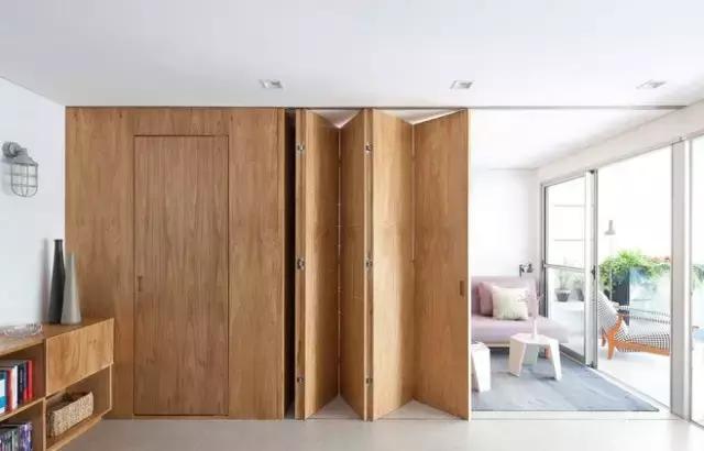 延续木质墙隐形门的木板折叠门,保证家居的隐秘性,灵活的布局空间皆在