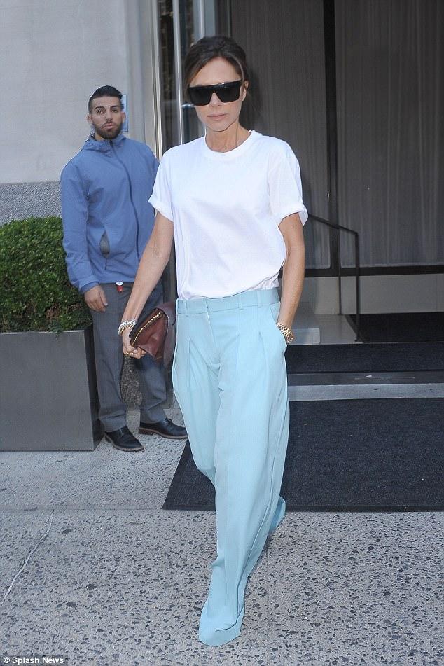 维多利亚带儿子罗密欧外出白色衬衫蓝色长裤绝对时尚