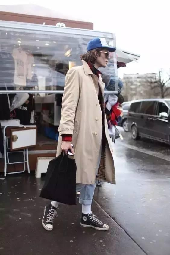 风衣搭配休闲裤和帆布鞋,或者是运动鞋,潮男形象立刻诞生.图片