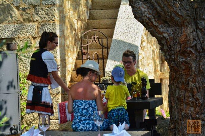 游客坐在古罗马废墟上吃冰淇淋 居然没人管