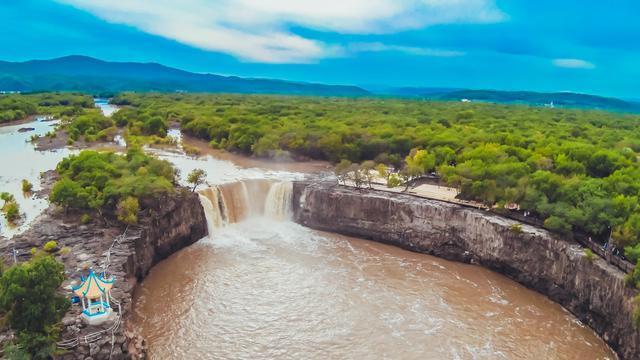 这个瀑布被誉为中国第一瀑布,每天都有位老年人在此跳水