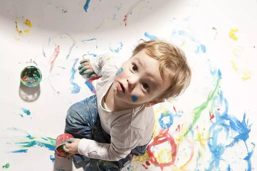 带娃过程中,经常会碰到一些教育问题,然后家长就开始担心到不停。 但其实,如果你认真观察了解孩子行为背后的动机与原因,就会发现有些我们眼中的坏习惯,根本没那么可怕!还恰恰可能是因为孩子智力发展而自然出现的情况,证明我们的宝宝在变聪明哦。 一、在家里乱涂乱画?其实ta开始学会表现自我 自从同事孩子牛牛在两岁生日时收到一盒彩笔后,就开始对家里的墙壁、桌子、沙发甚至床单乱涂乱画。牛妈很奔溃,但是无论如何批评,牛牛依然会我行我素地继续涂鸦行为。 真相 几乎每个孩子在1岁半和4岁左右时,都喜欢涂鸦。这是因为宝宝渐