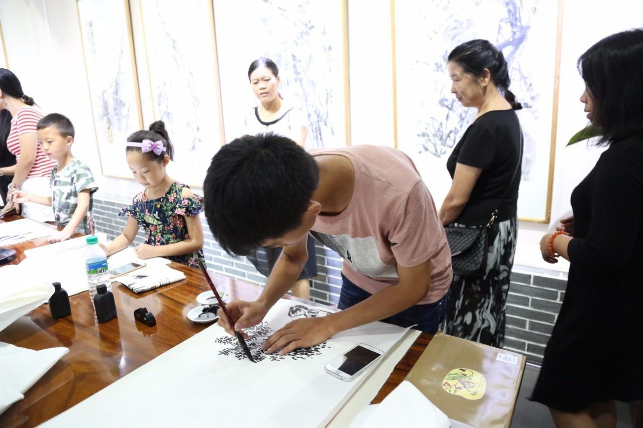 张成林作品联展于2017年8月30日在宜春宜阳画院隆重开幕!教你用冰棒棍作袖剑图片