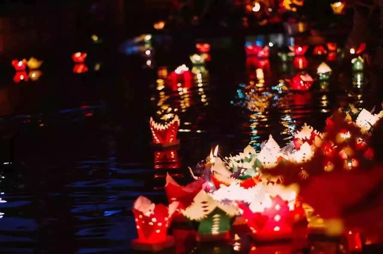 再过5天,就又是一年中元节了,近几天在新华和新义两个社区各有一群人在忙碌地制作着传统的河灯,为接下来举办大研古城2017年和美大研河灯遥寄相思中元节系列文化活动,准备美美的河灯。(9月4日,丽江过中元节是农历初十四,根据传统,纳西人是不在农历初十五过中元节的。)