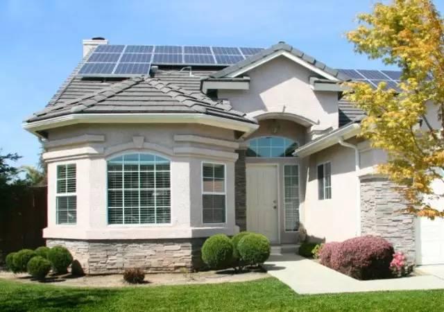 从专业角度来讲,目前别墅屋顶一般是水泥瓦或者木质屋顶,不管是斜面