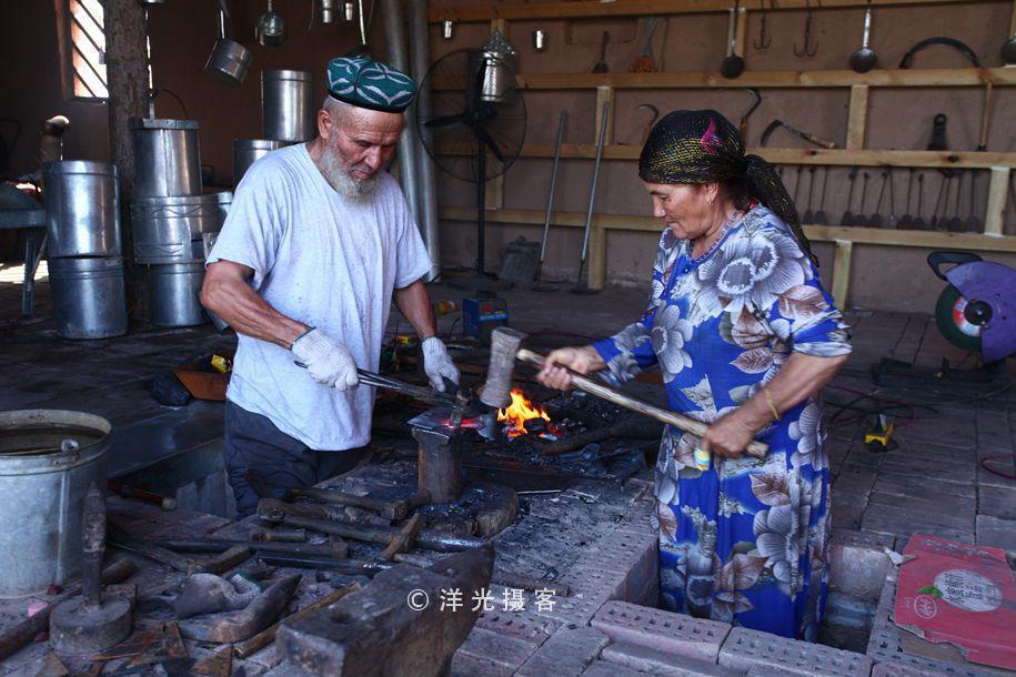 80高龄新疆维吾尔族老铁匠,夫妻搭档,演绎一身绝活