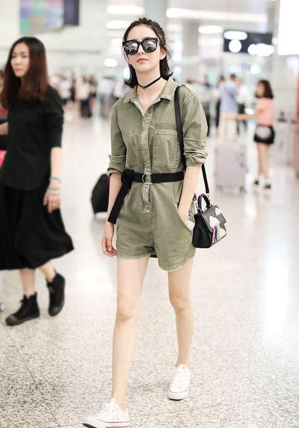 佟丽娅的连身短裤太漂亮了,网友却问 如果去公共厕所要全脱了