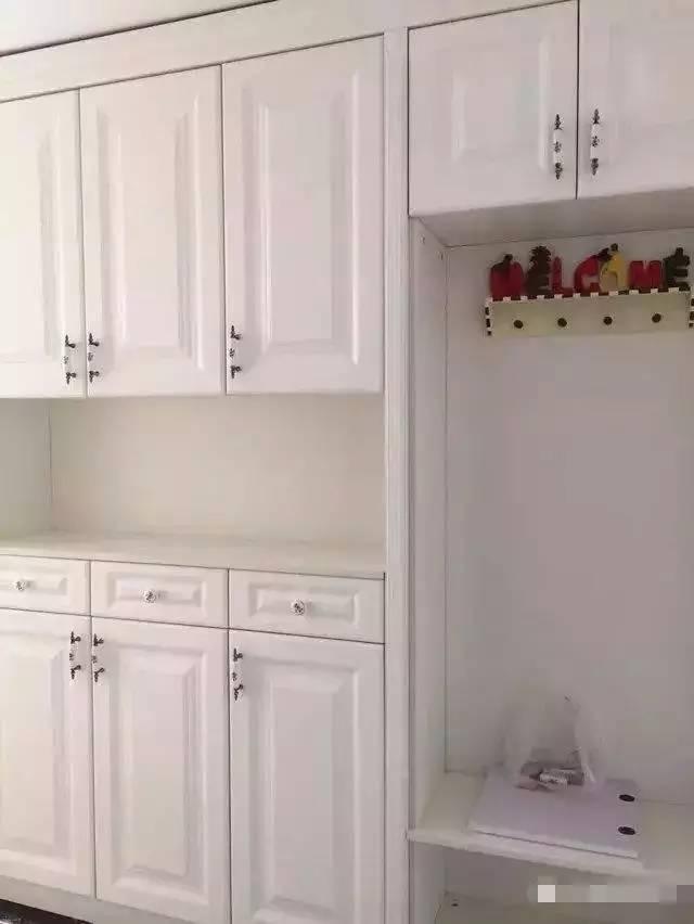进门的鞋柜,做的很气派,不仔细看感觉好像一个衣帽间,鞋柜跟鞋凳是连