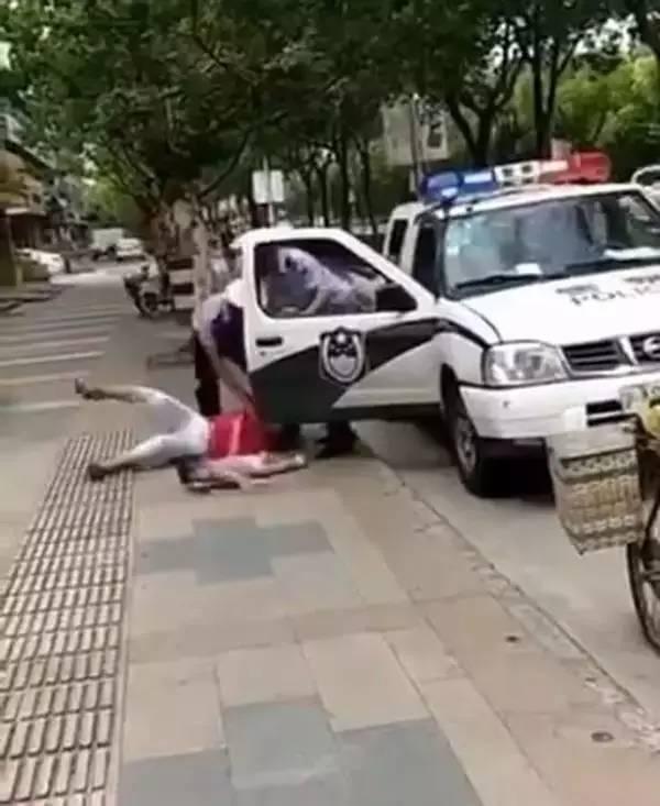 松江警察事件:我们同情的是孩子,而不是蔑视警察权威的人!
