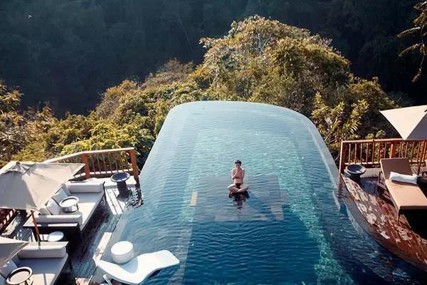 空中泳池_巴厘岛空中花园酒店,有着世界顶级的双层无边框泳池!