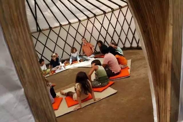 幼儿园大都有沙池,工具,大木桩,和各种生活用具或自然物.