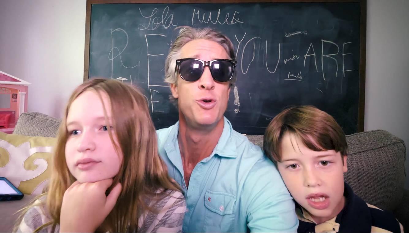 """其实不只是这对夫妻,每个开学的日子,几乎全世界的父母都会""""疯""""掉.图片"""