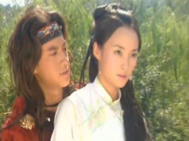 电视剧《卧虎藏龙》中,何润东罗小虎与蒋勤勤玉娇龙有一段炽热的电视剧自由的爱情图片