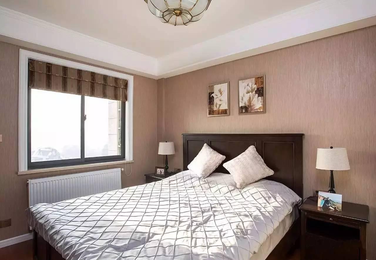 老人房木色地板搭配纯色壁纸,深色的实木家具搭配复古灯饰,打造一