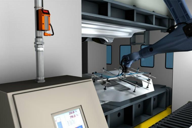 冲压成型完成后,另一个机器人使用吸盘抓手吸起冲压过的金属板,并放入图片