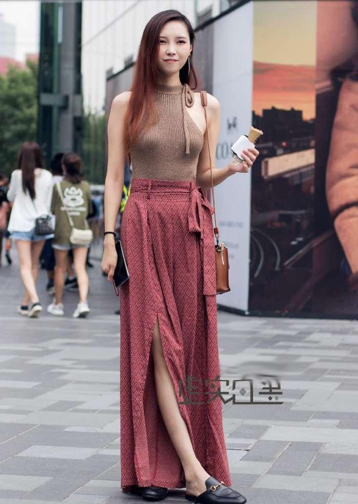 无袖的针织衫,搭配着一件开叉的裙子,很优雅的搭配.