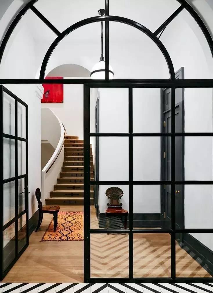 圆形的设计打破了长方形的构造,创造出更加灵活的厨房空间.