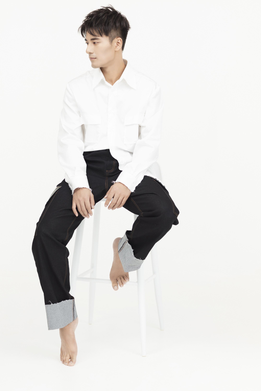 郑凯曝最新时尚写真 白衣浅笑尽显男人魅力