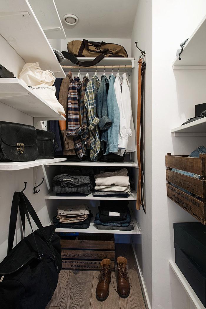 2平米的衣帽间,放衣柜太占地儿,就干脆在墙上钉上隔板,一年四季的衣服