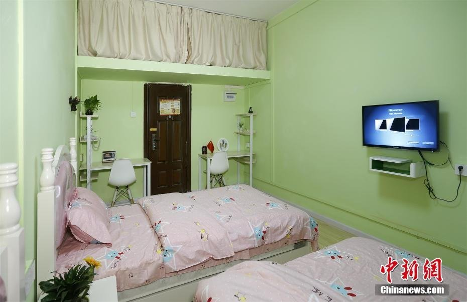 该宿舍位于翠微居南楼,均为女生宿舍,共216间,装饰色调分为浅粉色和草