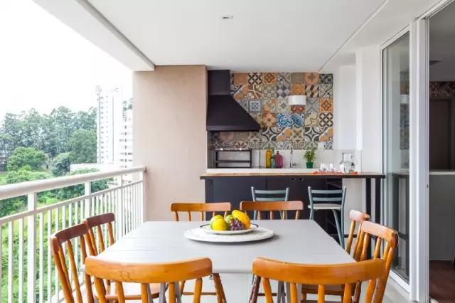 设计成餐厅,厨房一体的阳台餐厅,既充分利用了空间,同时又不失大气