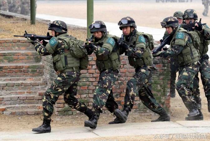 图为中国装备新型模块化单兵装具的解放军特种兵进行战术训练.