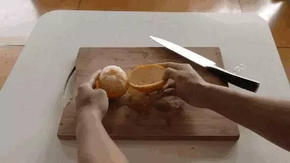 快速泡发干香菇   剥橙子不脏手的诀窍   剥橙子前先滚一滚,   然后从橙子中间横刀把皮切开,注意不要切到果肉.