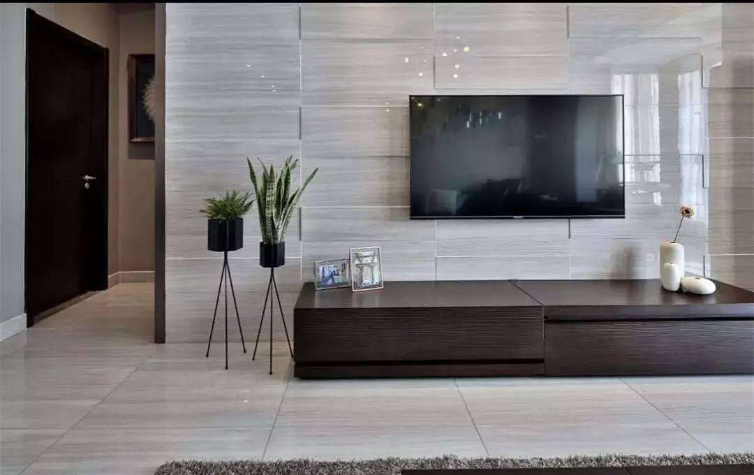为了避免电视墙反光,一般就是用亚光瓷砖来做;而对于采光不是很好的图片