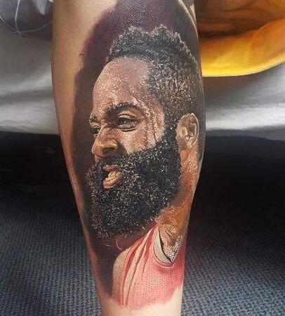球迷在小腿上纹了哈登的头像,简直和本人是一模一样的,连胡子和汗水斗