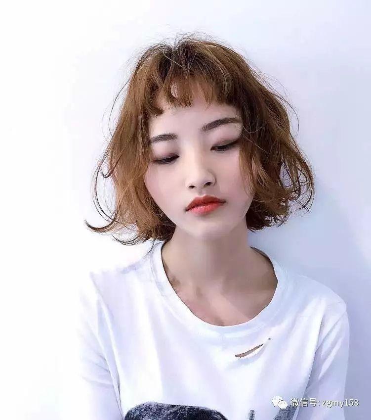 配上干净的妆容 整个人很精神俏皮的感觉 极短的二次元刘海短发 更显图片