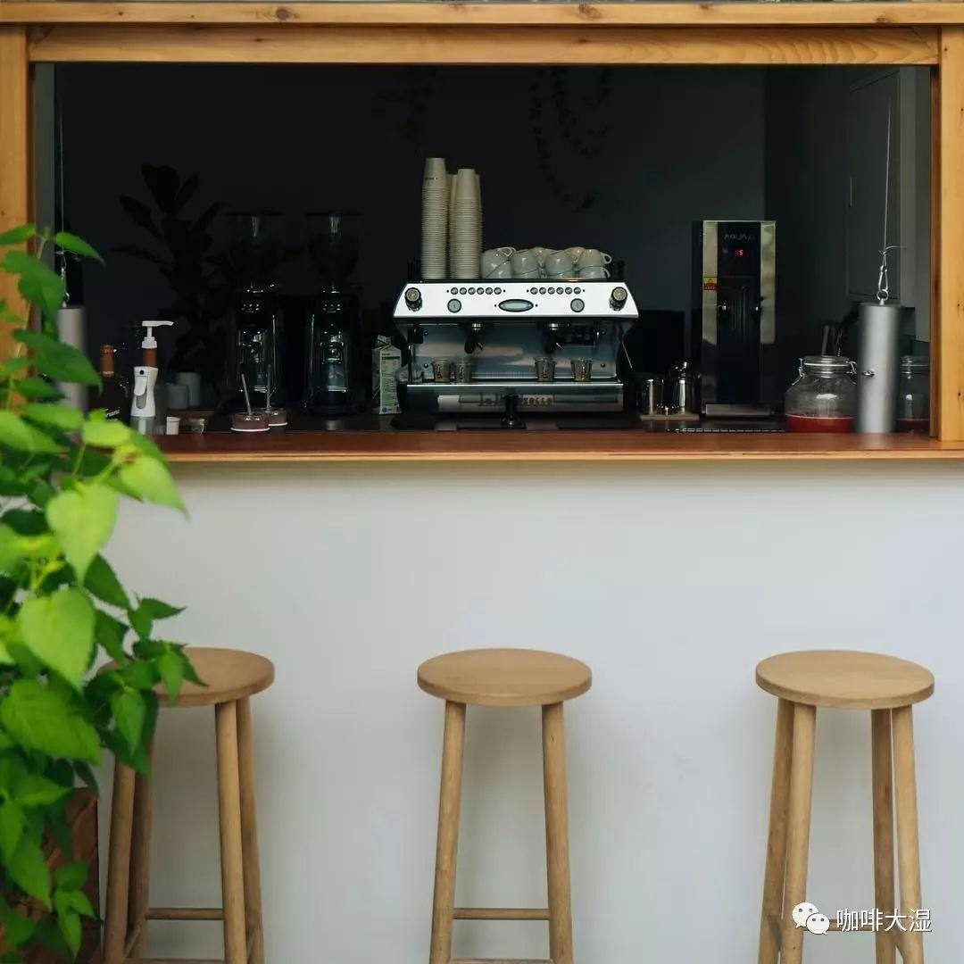 咖啡馆门头的植物