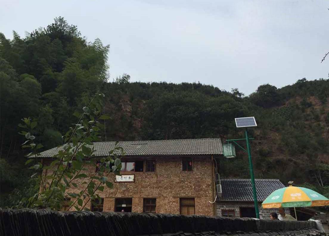 叶国利民宅建筑主屋朝南,主体建筑两层,主要建筑以土墙外立面,灰瓦,木