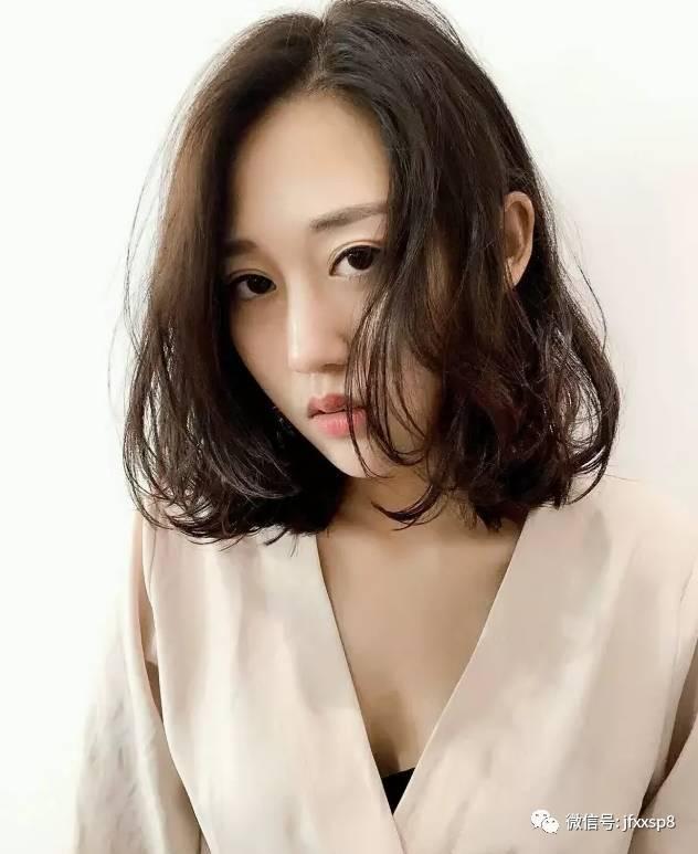 齐肩中发搭配发尾凌乱微卷,简单又不失美感,卷刘海让脸部线条更柔和图片