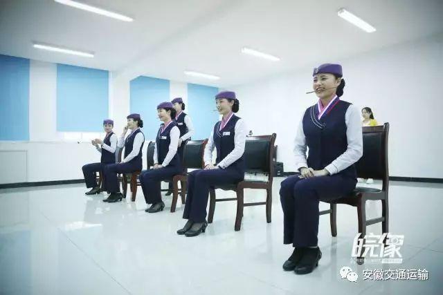 """面对镜子,姑娘们含筷露出""""八颗牙""""般的标准微笑.图片"""
