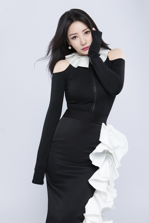 柳岩黑白礼服曲线玲珑气质优雅