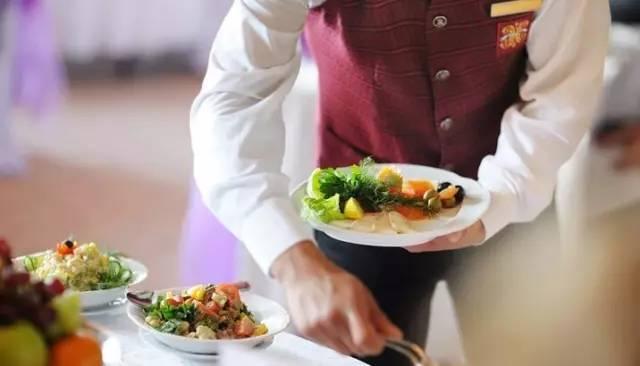 酒店餐饮 | 19个服务员推销菜品酒水技巧_搜狐