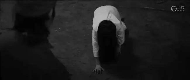 贞子已经爬到政委跟前.图片