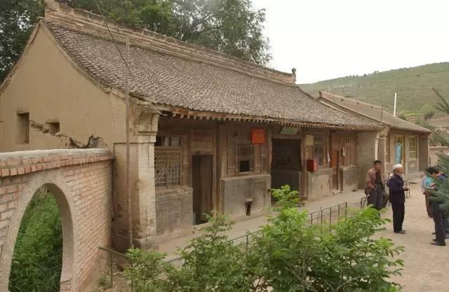 其结构多为穿斗式木构架,悬山式屋顶,前坡短,后坡长.
