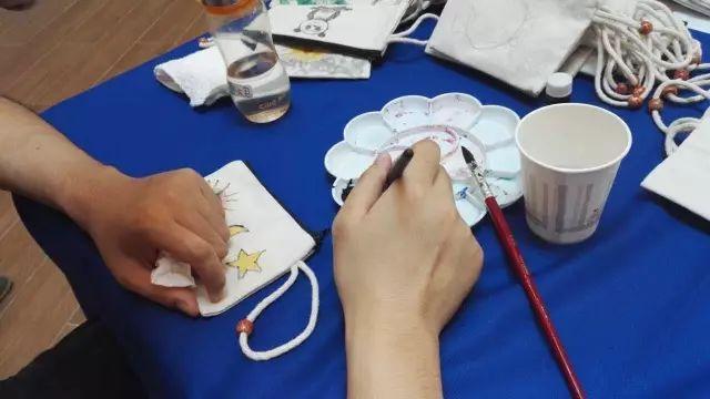 """小方一直都知道,   江淮小记者""""三头六臂"""",无所不能,   即便遇到难题,他们总是善于学习,   至爱阳光蜗牛手工坊的老师们   教大家在小帆布包上绘画,   瞧,大家多么认真~"""
