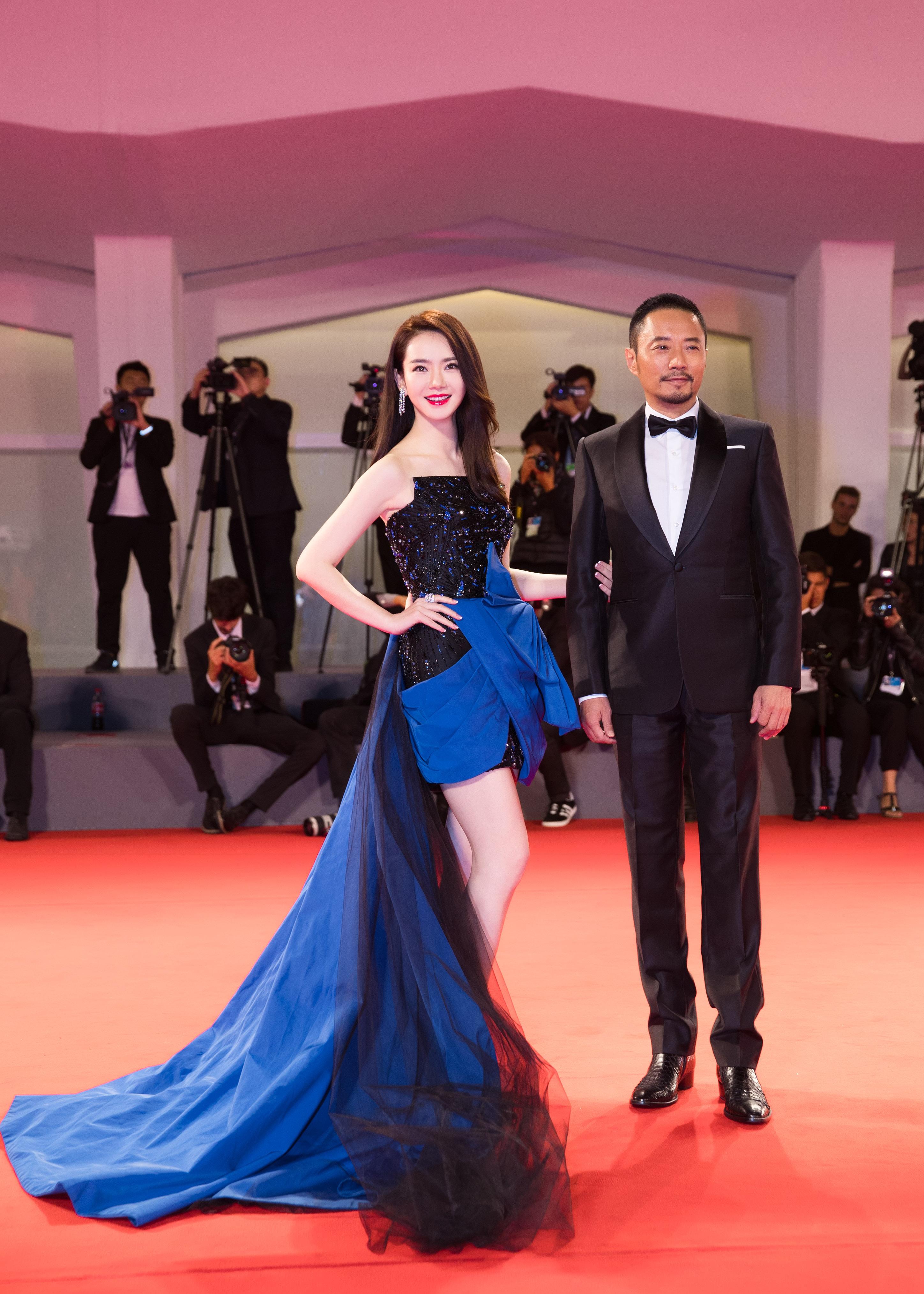 《追捕》威尼斯电影节首映 戚薇宝石装闪耀红毯