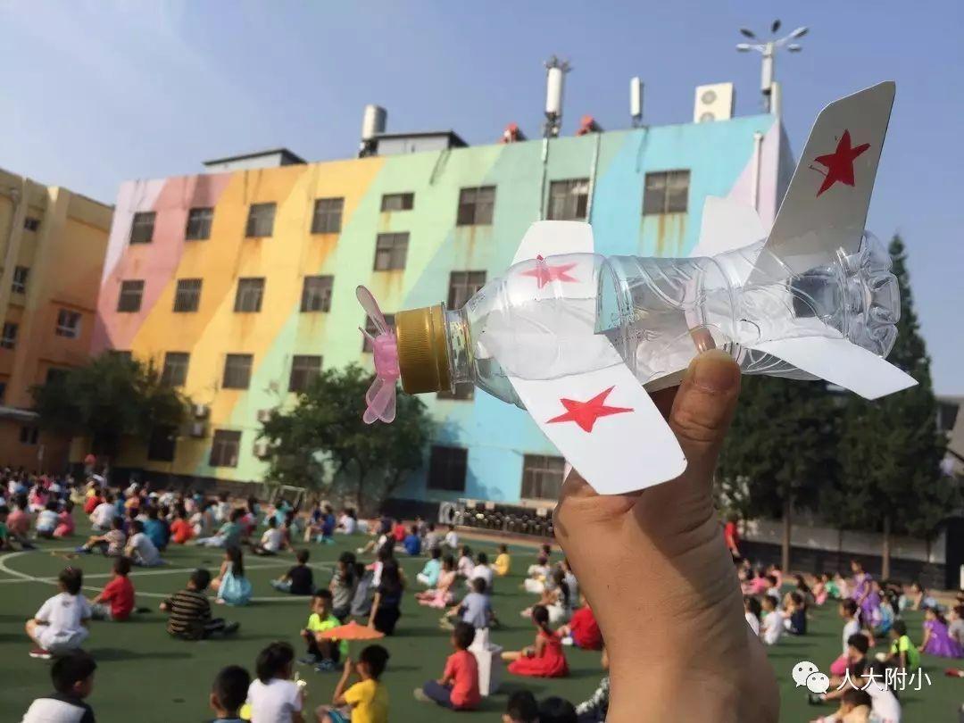 把用彩纸制作的五星红旗系在升旗台上,小制作,大梦想,今天,他成为了巴