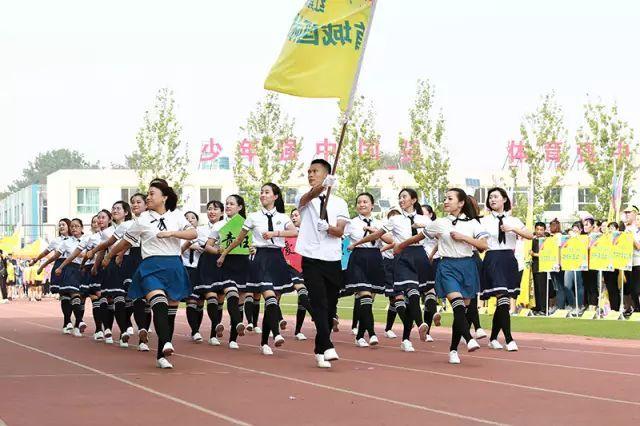 精彩纷呈的入场式隆重而欢快,运动员代表队利用道具,队形,口号,跳舞等图片